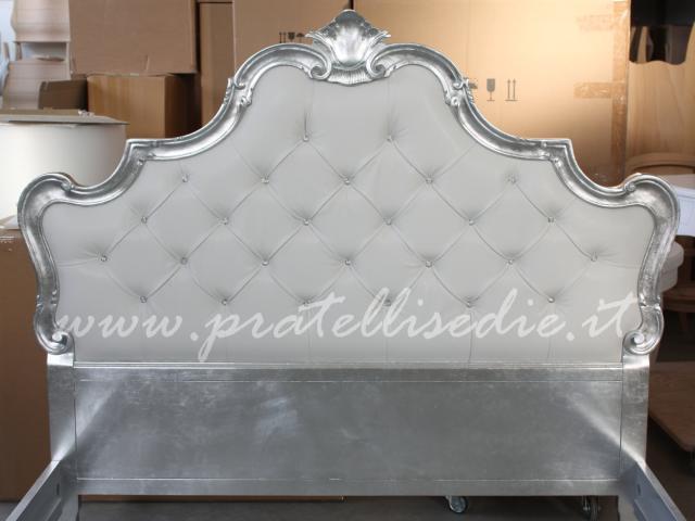poltrone in stile barocco moderne : Imbottitura a capitonn? con ecopelle bianca e strass Swarovski
